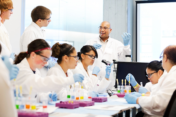 Instructor Tom Turbon describes a neural stem cell differentiation procedure during a Summer Science Camp held at the Embedded Teaching Lab in the Wisconsin Institutes for Discovery (WID) at the University of Wisconsin-Madison.